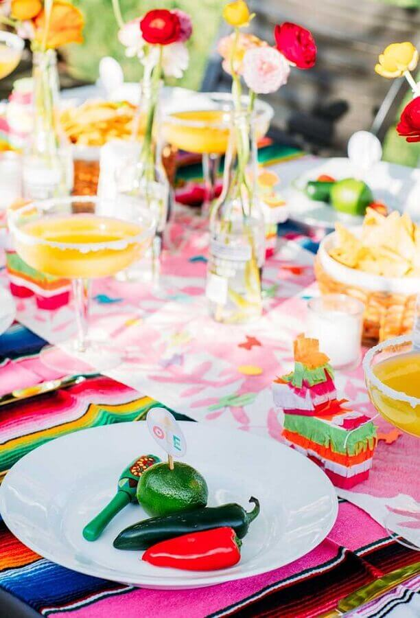 Mexican party table decorated with simple flower vases Photo Kisses Events