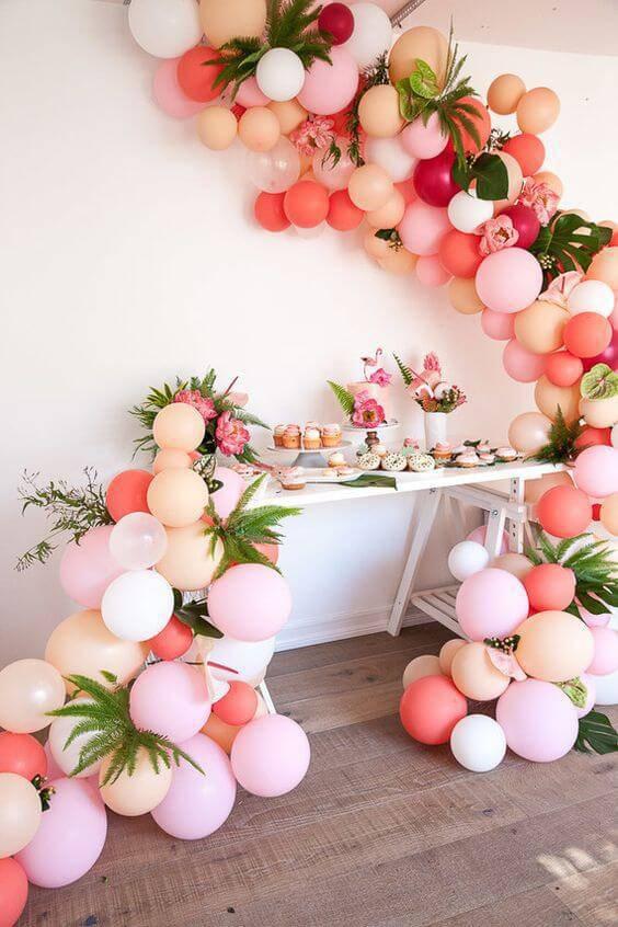 children's party decoration table with bladder arrangement