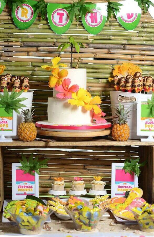White tropical cake decorated with flowers Photo 321achei