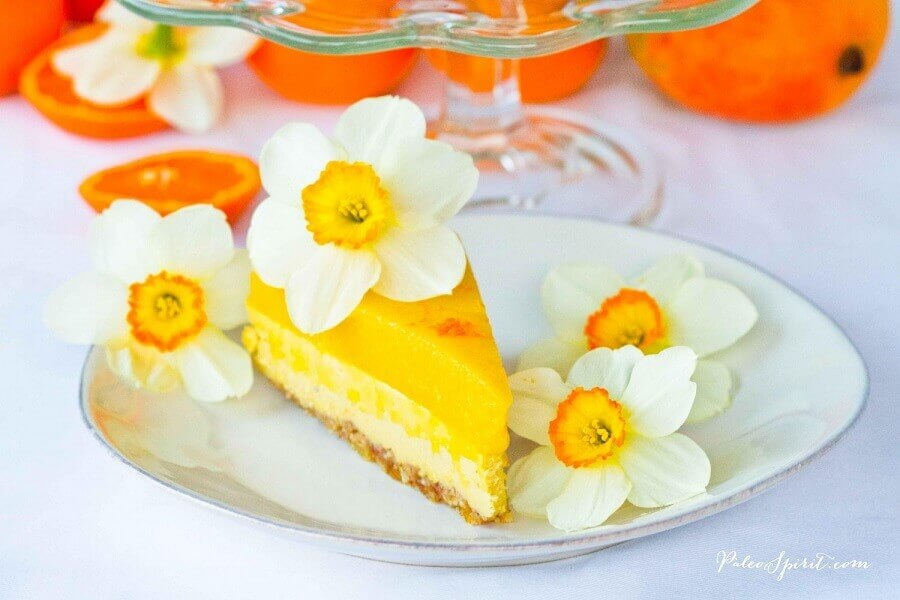 cake decorated with flowers for tropical party Foto Paleo Spirit