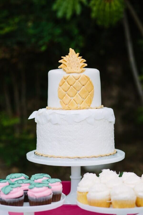 tropical white cake with golden pineapple Foto Pinterest