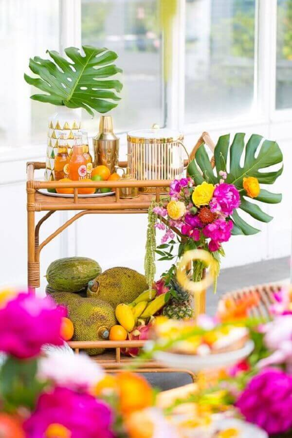 beverage cart decorated with foliage and flowers for tropical party Photo Blog Elika Parties