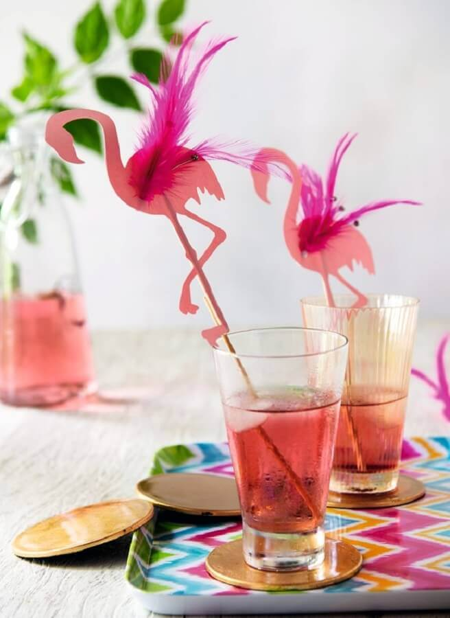 cups with straws decorated with flamingos for tropical party Foto Imgrum
