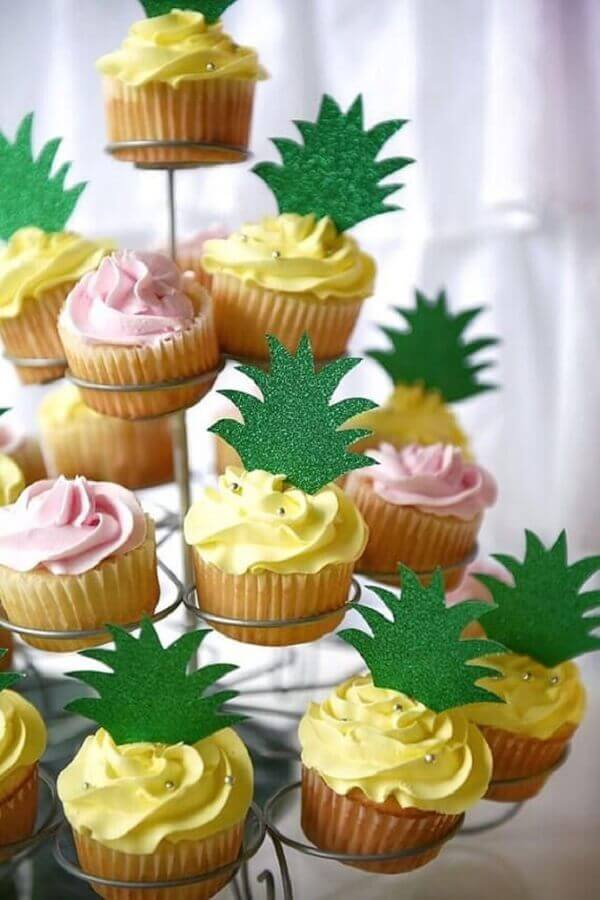 cupcake with pineapple crown for tropical party Foto Pinterest