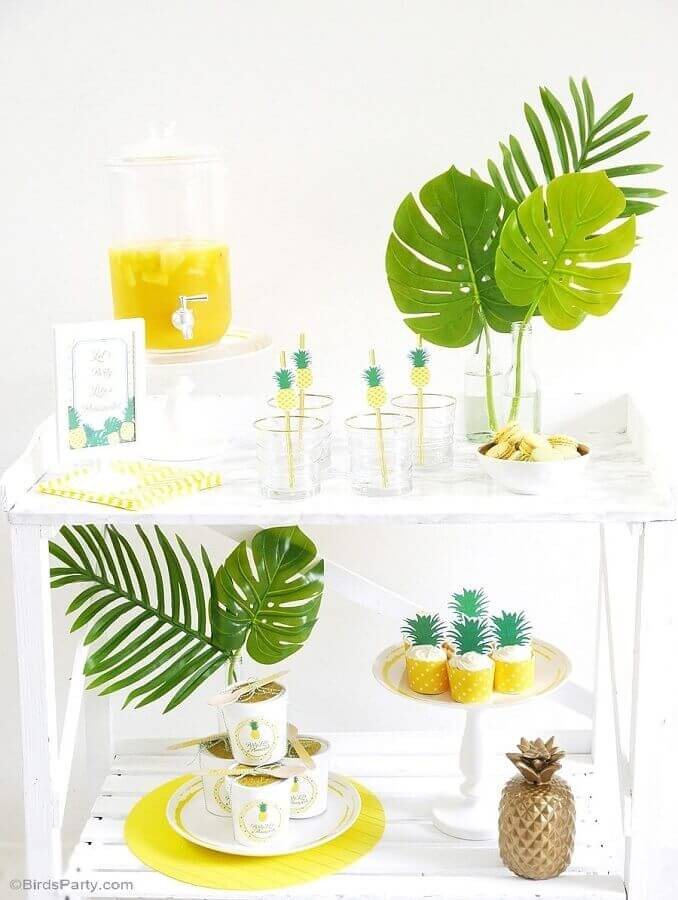 tropical party decorated with foliage and pineapple print Photo Pinterest