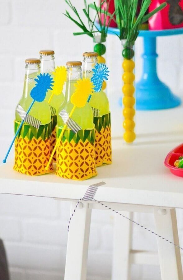 tropical party decorated with pineapple prints Foto Webcomunica