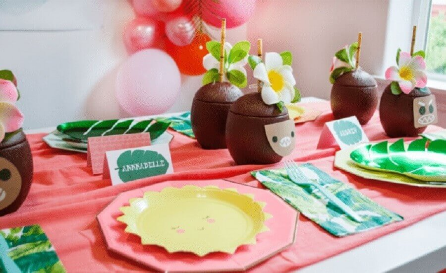 tropical children's party with coconut-shaped glasses Photo Project Nursery
