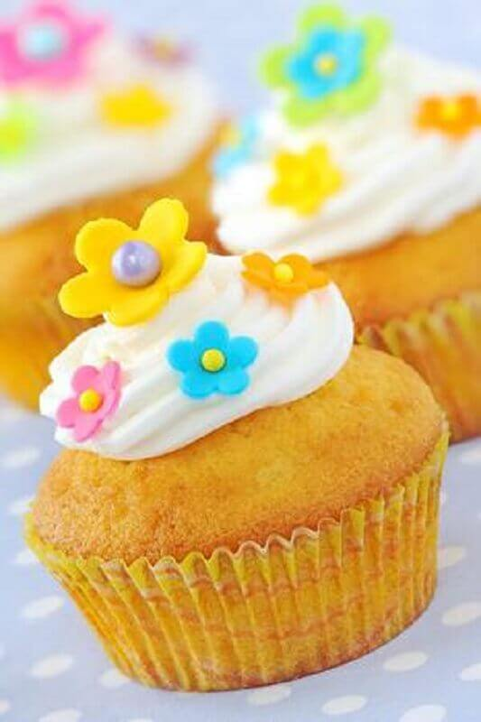 simple tropical party with cupcake decorated with small flowers Photo 123RF