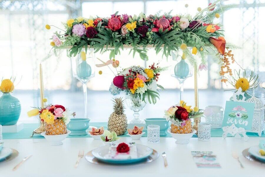 simple tropical party decorated with flower and pineapple arrangements Foto Pinterest
