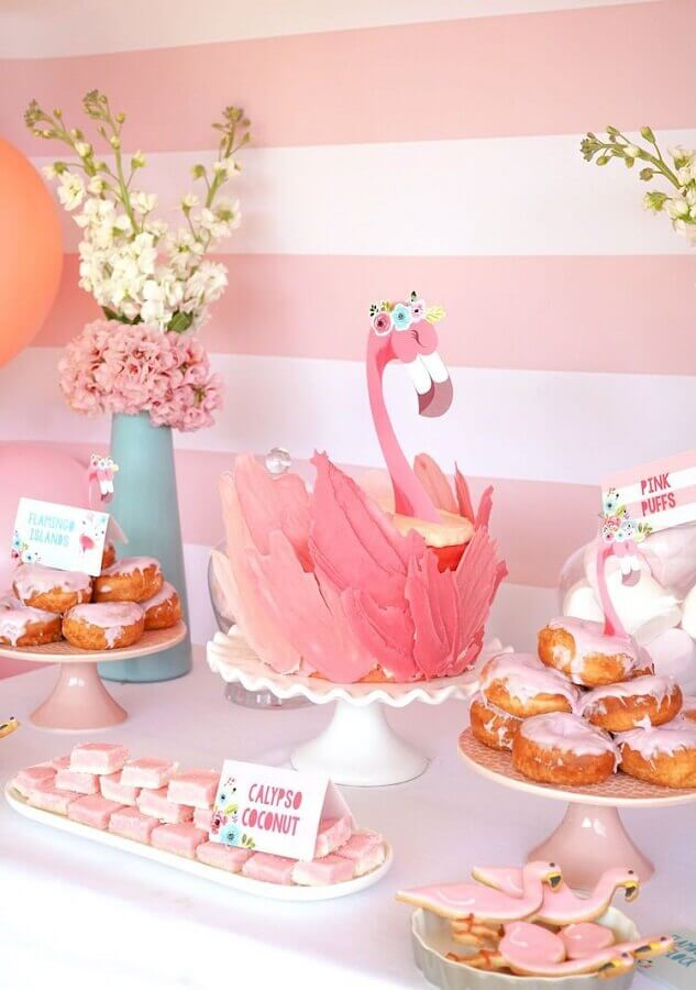 decorated table for tropical flamingo party Foto Deavita