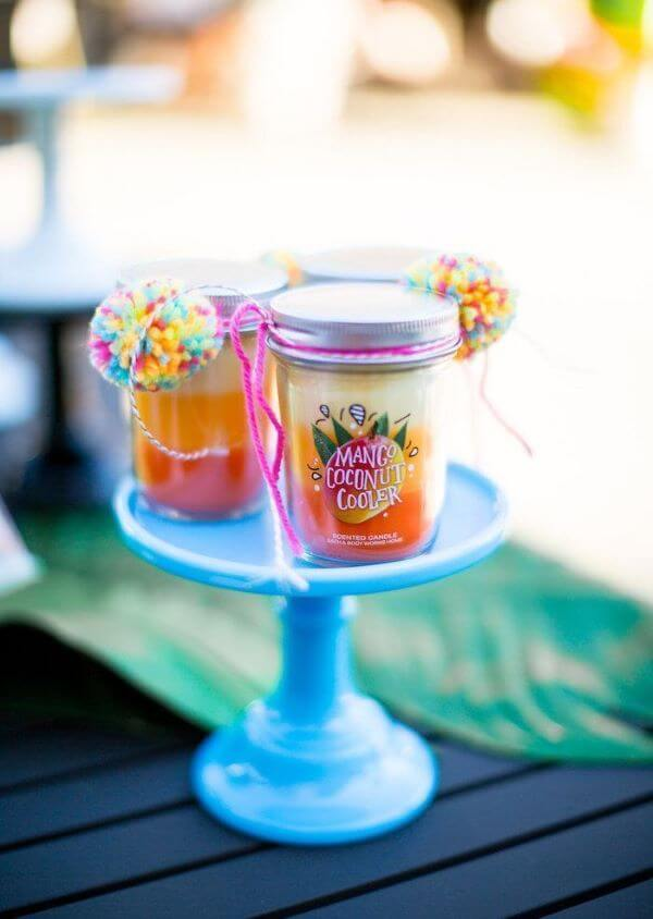 Sweets are great options for tropical party souvenirs