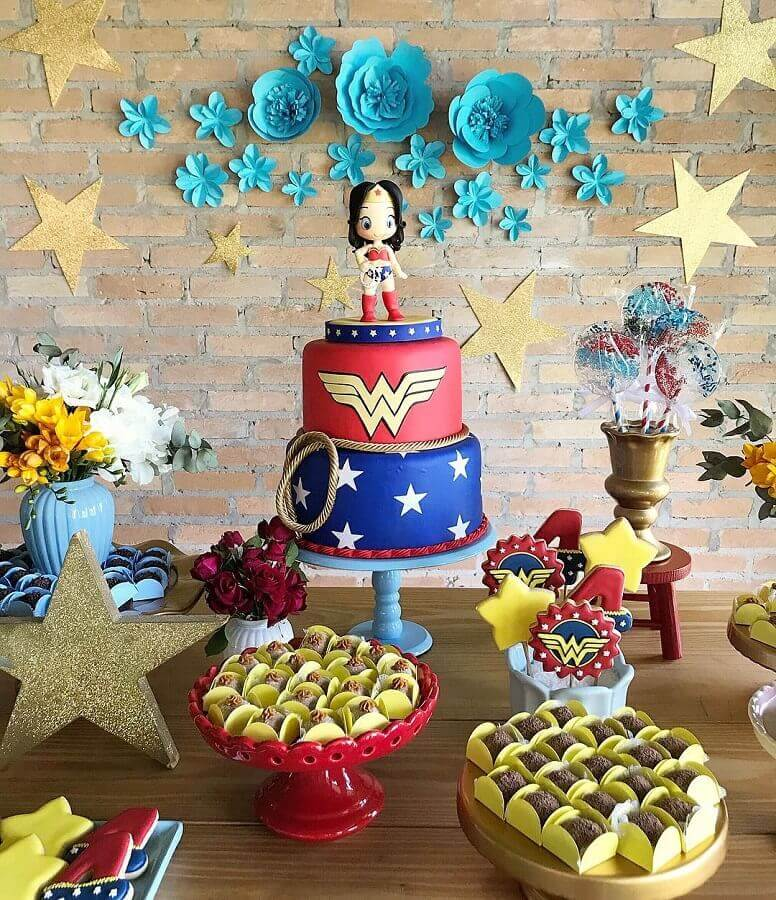 decorated cake for women wonder party Foto Brit+Co