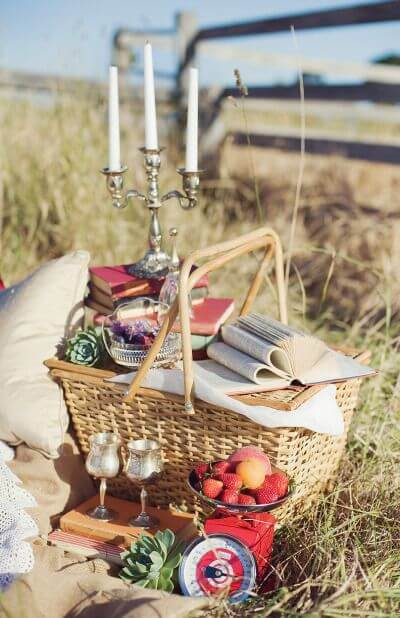 Picnic basket with gifts and food. Bet on these ideas for Valentine's Day