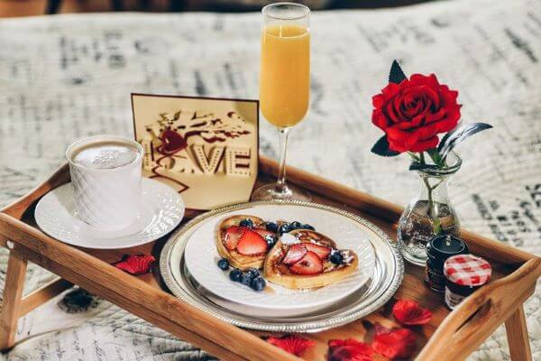 Breakfast tray, one of the ideas for Valentine's Day