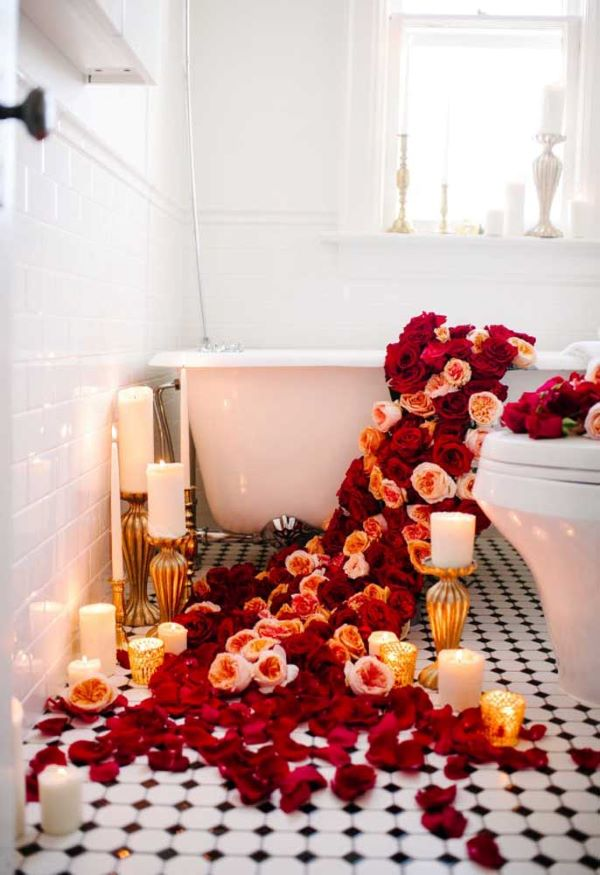 Valentine's Day ideas with bathtub decorated with roses
