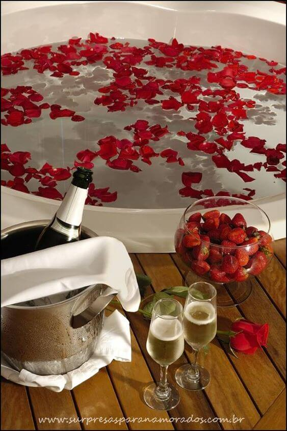 Valentine's Day ideas with rose petals in the bathtub