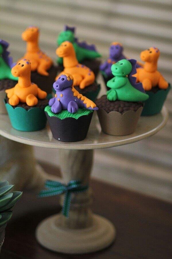 decorated cupcakes for dinosaur party baby Photo Maria das Festas