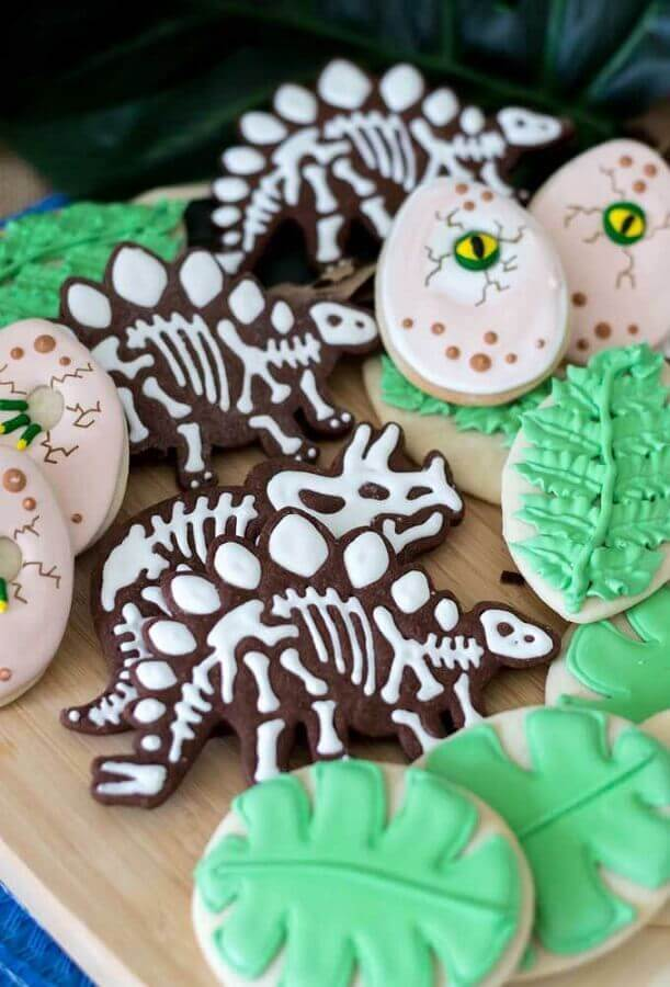 dinosaur party with custom biscuits in dinosaur formats Foto Pinterest