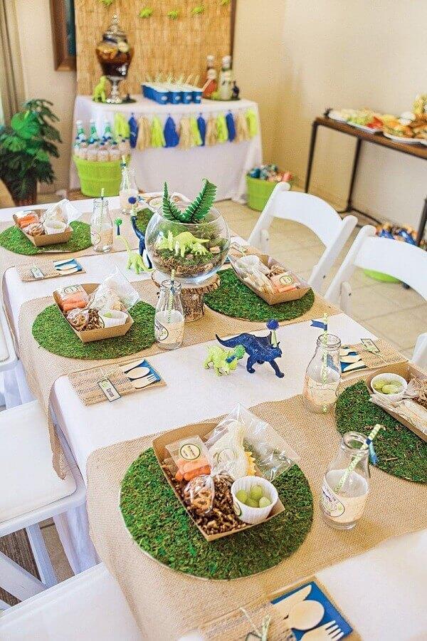 decorated table for dinosaur children's party Photo Maria das Festas