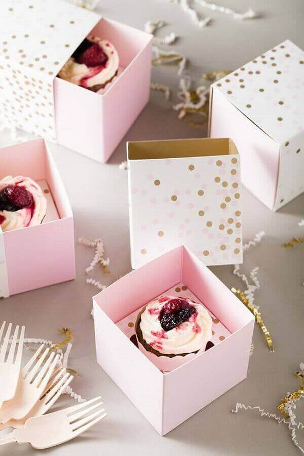 Children's birthday souvenirs with cupcakes in the custom box