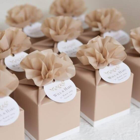 Step-by-step birthday souvenirs with decorated boxes
