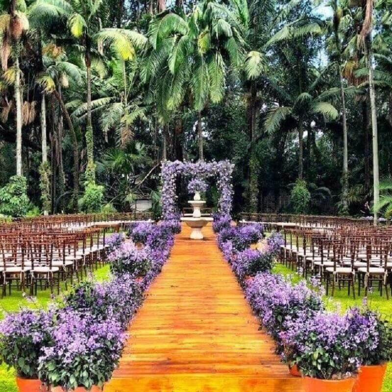colors for marriage in the countryside with purple flower arrangement Foto Pinterest
