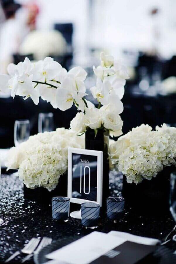 sophisticated black and white wedding colors Photo VD Magazine
