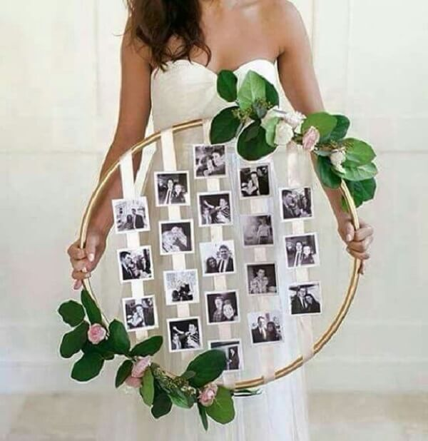 The photo wall for the engagement decoration can be made with bambolê