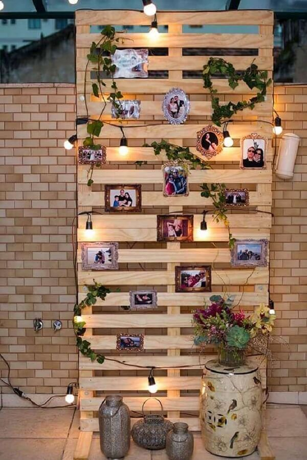 Use pallet in the engagement decoration to fix the photos