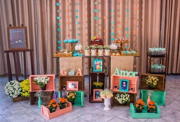 Use wooden crates to compose the engagement decoration