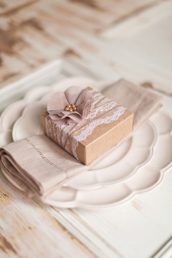 Rustic table souvenir with personalized box