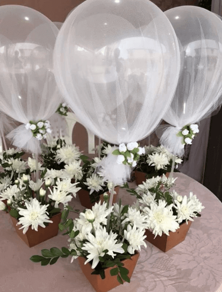 Souvenir centrepiece with balloon and flowers