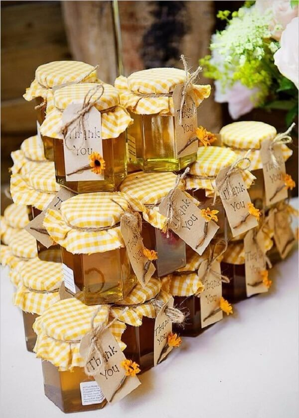 Pots of honey serve as souvenirs for the sunflower theme party