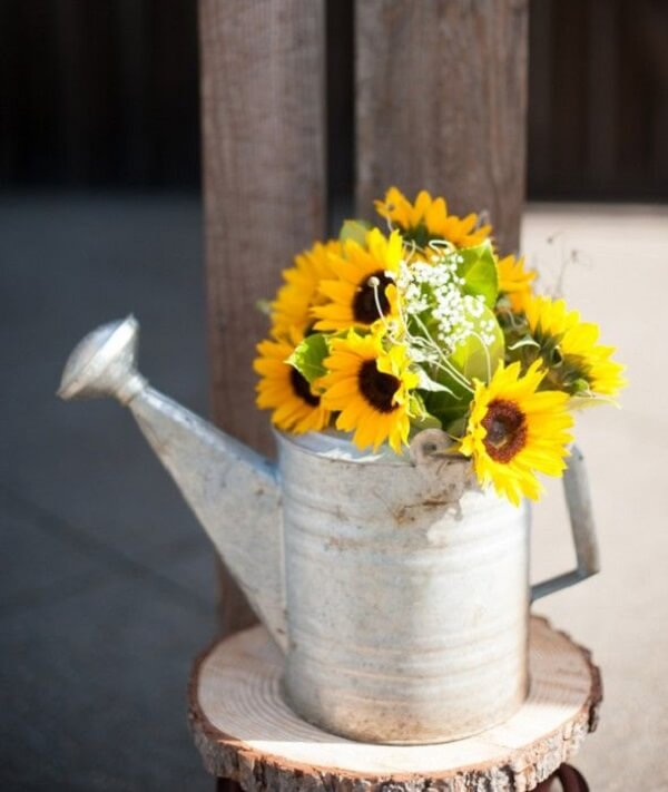 Use a watering can to compose the sunflower theme party decoration