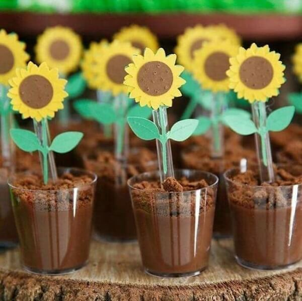 Decorate the spoons of sweets creatively for sunflower theme parties