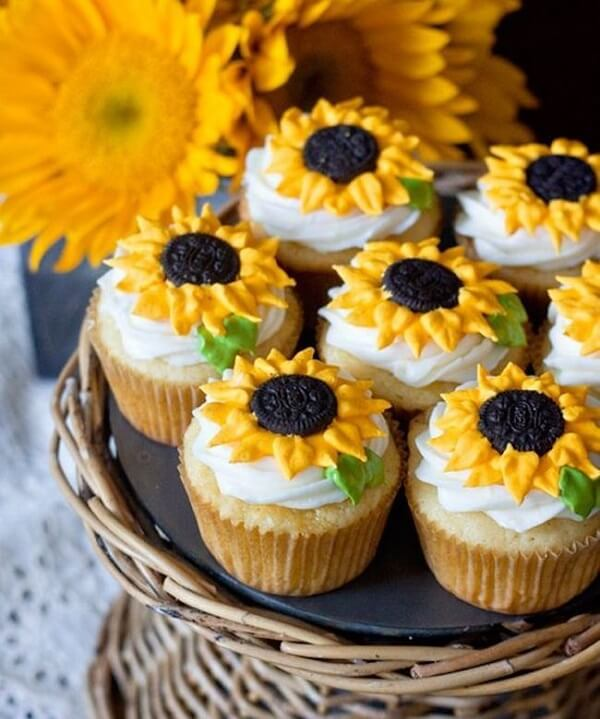 Decorate the sunflower theme party cupcakes in a special way