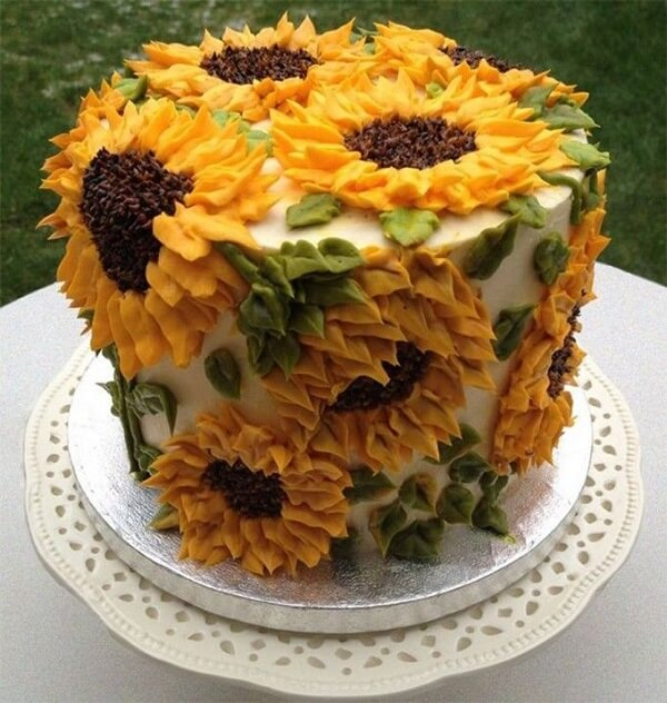 Several flowers were scattered around the cake for sunflower theme party