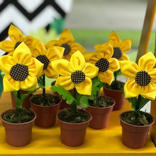 Flowers made of fuxico can serve as a little souvenir for sunflower theme party