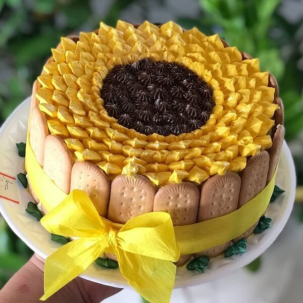 Use cornstarch cookies to make a beautiful sunflower theme party cake