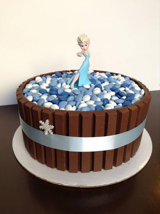 simple frozen cake with chocolate and Elsa's doll Photo My Party