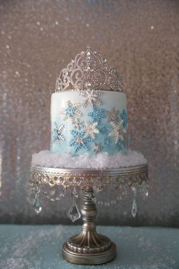 beautiful frozen cake decorated with crown on top Foto Assetproject