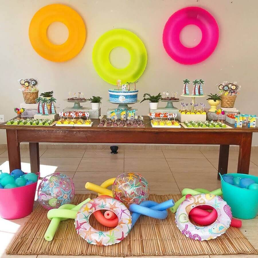 simple surprise party decorated with colourful buoys Foto Thais Amorim