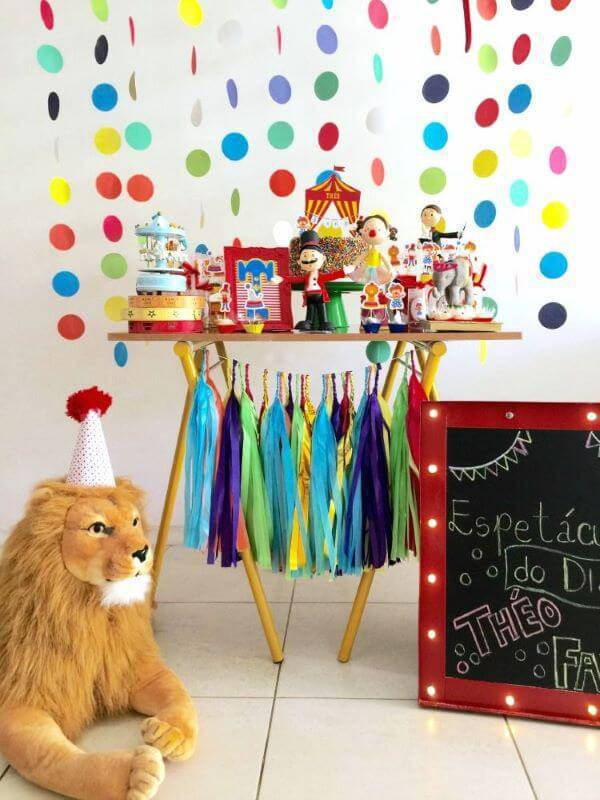 Party at home with colorful details and stuffed animals for the circus theme