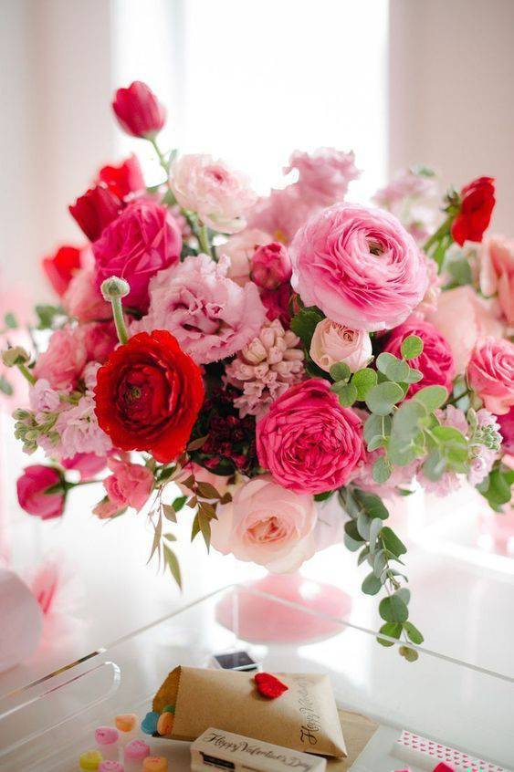 Decoration with artificial flowers in pink and red