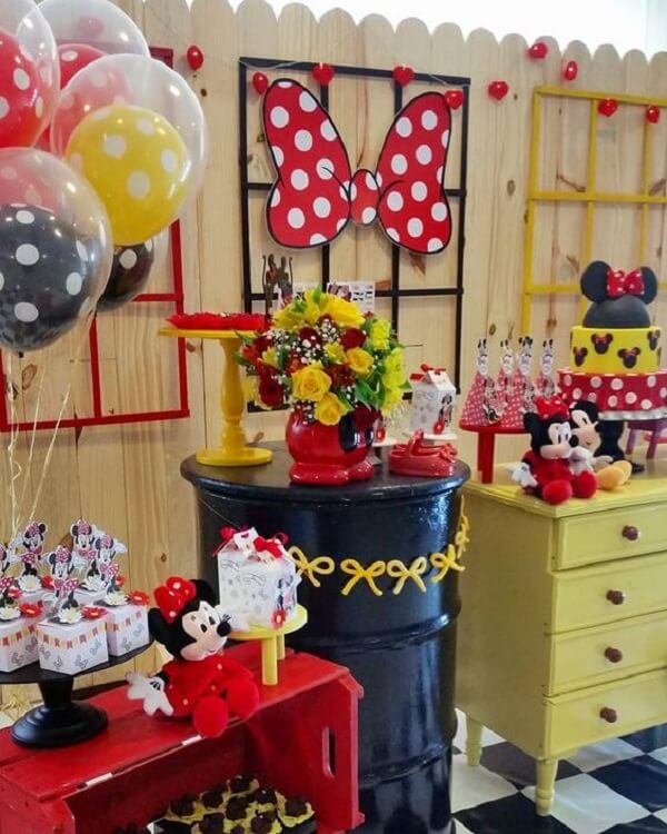 Use crate and bedside table to decorate the cake table