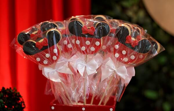 Cookies that complement Minnie's party decoration