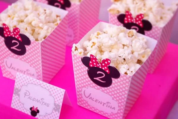 Use popcorn stand in Minnie's party decoration