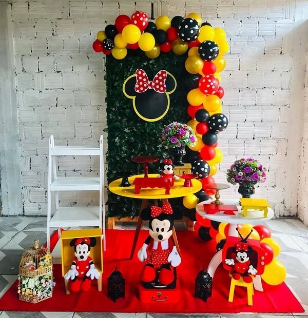 Simple Minnie party with staircase and panel with artificial plants
