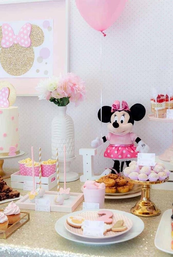 Use minnie's teddy bear to decorate the table
