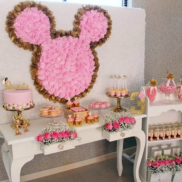 Roses bring delicacy to Minnie's party decoration